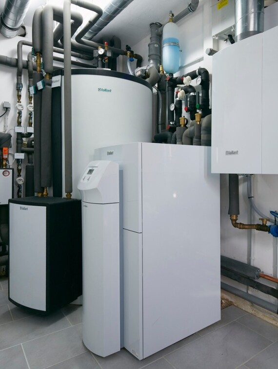 //www.vaillant.fi/media-master/global-media/vaillant/architects-planners/references/energiewerthaus-rosrath/reference-de-roesrath-picture-installation1-274737-format-3-4@570@desktop.jpg