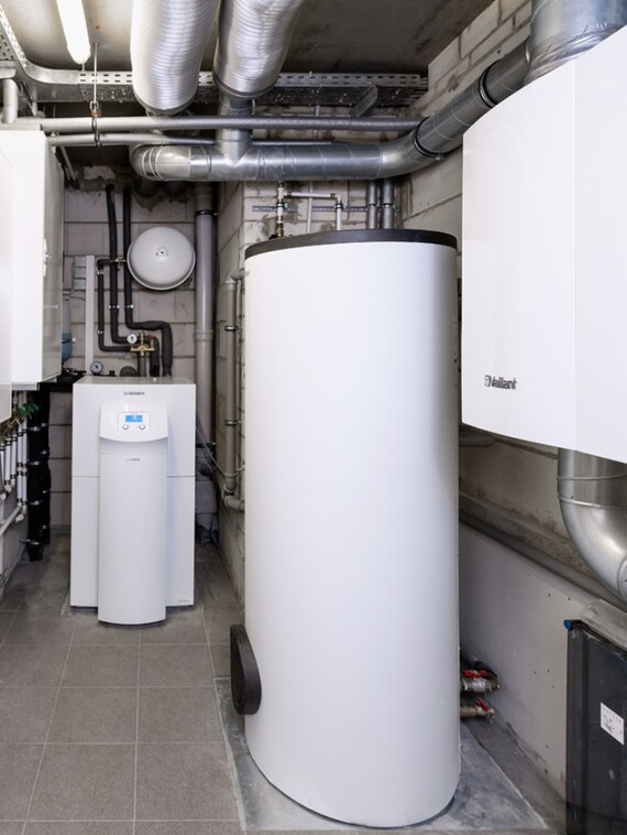 //www.vaillant.fi/media-master/global-media/vaillant/architects-planners/references/energyplushouse-bedburg/reference-de-energyplushouse-bedburg-installation2-684007-format-3-4@570@desktop.jpg